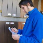 En tømmerinspektør sjekker treverk for Regnskogfondet.