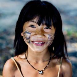 Smilende indianerjente fra Xingu