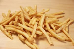 Pommes frites liggende hulter i bulter.