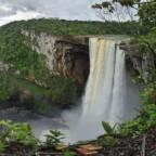 Panoramautsikt over en stor foss og klippelandskap i regnskogen