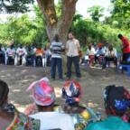 Representant fra regnskogfondet med og lokale snakker for en liten forsamling