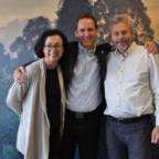 Lederen for TV-aksjonen Kari Bucher, administrerende direktør i Det norske Skogselskap Trygve Enger og leder i Regnskogfondet Lars Løvold står foran en vegg med regnskogtapet.