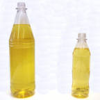 To brusflasker, en 1,5l og en 0,5l, fylt med palmeolje