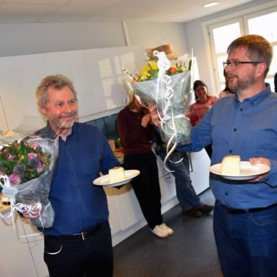 Avtroppende daglig leder Lars Løvold og påtroppende leder Øyvind Eggen får blomster og kake i anledning Eggens første arbeidsdag i Regnskogfondet.