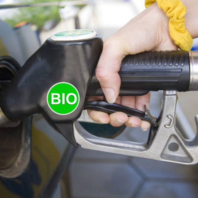 Nærbilde av en biodieselpumpe som fyller biodrivstoff på en bil.