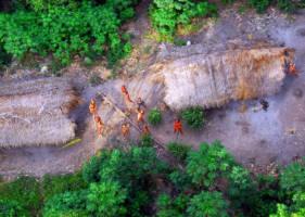 Flyfoto av en gruppe isolerte indianere som ser opp.