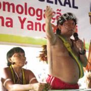 En engasjert leder for yanomamiene, Davi Kopenawa, holder en tale.