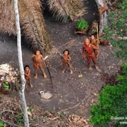 Flyfoto av fem isolerte indianere med kroppsmaling og spyd og pil og bue